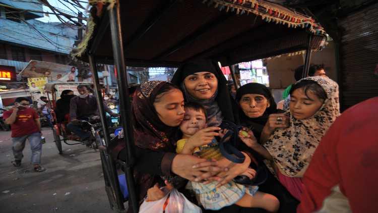 महिलाएं और बच्चे अंतिम समय में खरीदारी करने बाहर आए