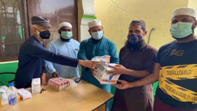 खिदमत-ए-खल्क के कार्यकर्ता दवाईयां वितरित करते हुए