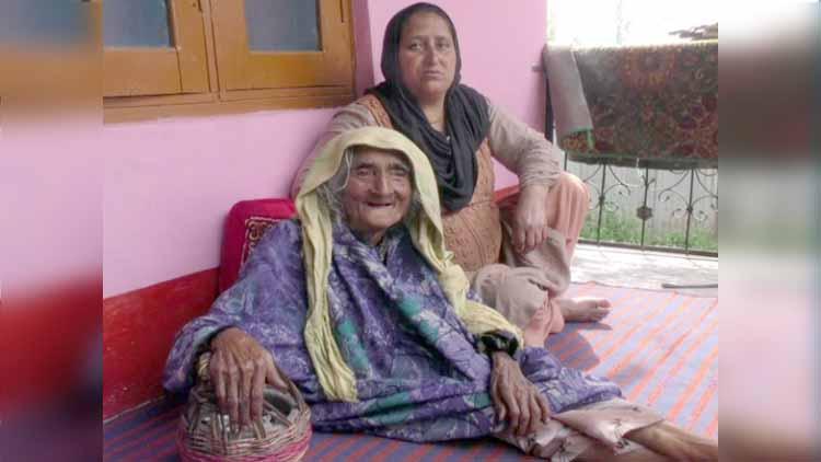 कश्मीर की 124 वर्षीय रेहती बेगम ने ली कोरोना वैक्सीन की पहली डोज