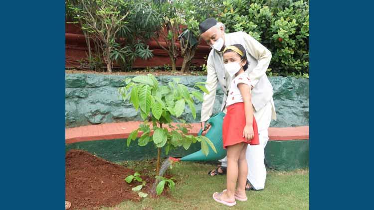 महाराष्ट्र के राज्यपाल भगत सिंह कोश्यारी ने सर अनिरुद्ध जगन्नाथ की याद में एक पौधा लगाया