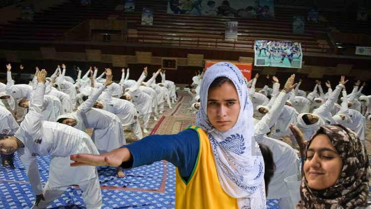 योग करती कश्मीरी छात्राएं