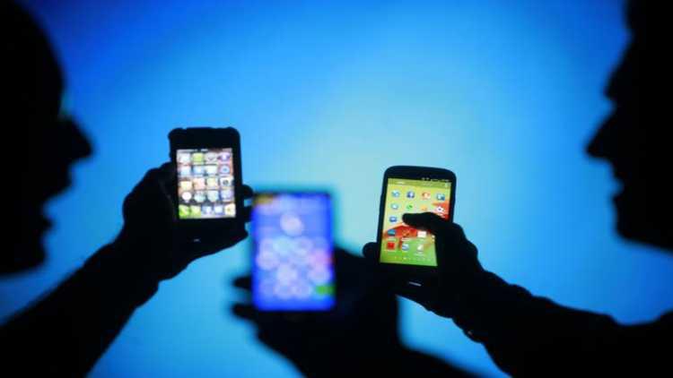 पाकिस्तान: मोबाइल पर 5 मिनट से ज्यादा बात करने पर देना होगा टैक्स