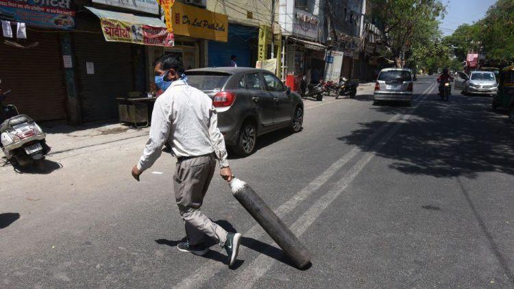 कोविड: सख्ती के खिलाफ सड़कों पर आते लोग