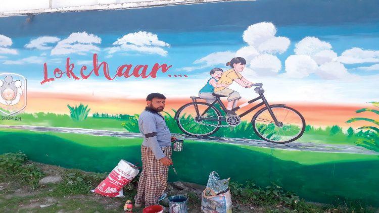 शब्बीर अहमद नजरः क्या किया कि कश्मीर के शोपियां शहर की दीवारें हो गईं खूबसूरत