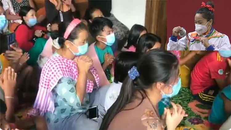 मीराबाई चानू के लिए उनके परिजन मणिपुर में सिल्वर मेडल की आस में प्रार्थना करते हुए