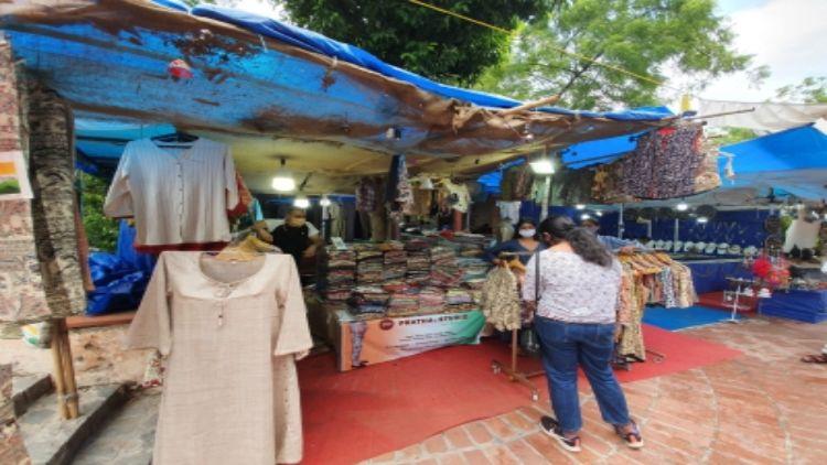 दिल्ली हाट : कारीगरों पर दोहरी मार,  पर्यटक नदारद