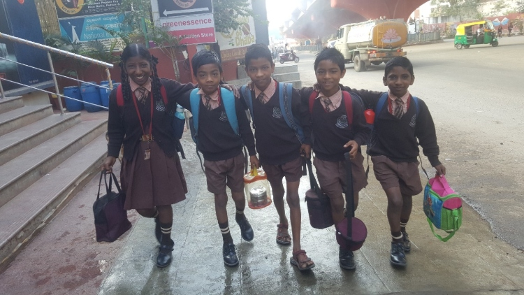 https://www.hindi.awazthevoice.in/upload/news/163121389004_The_happy_faces_of_kids_all_ready_for_school.jpg