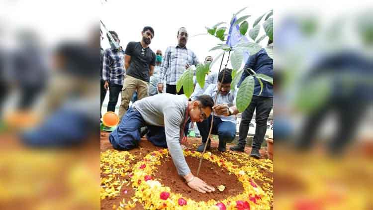 आमिर खान ने पौधे लगाए