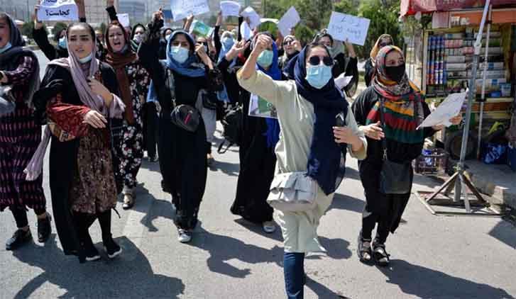 काबुल मेें अपने अधिकारों के लिए प्रदर्शन करती अफगान महिलाएं
