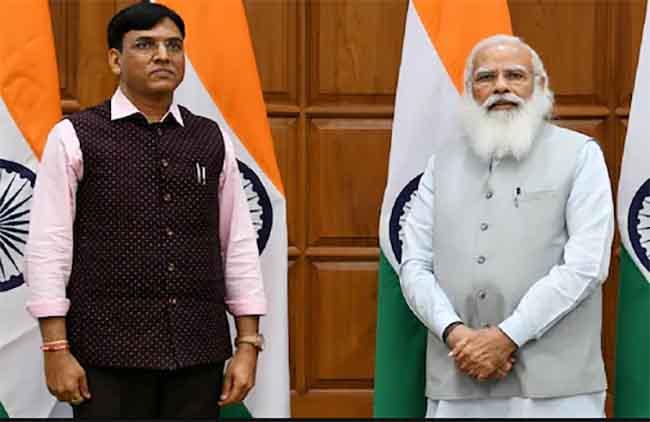 पीएम नरेंद्र मोदी के साथ मनसुख मंडाविया