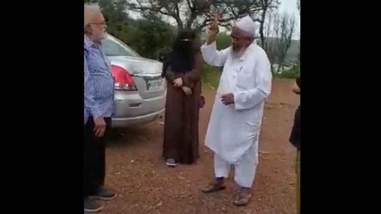 खान साहब महाभारत धारावाहित का पायलट गीत गाते हुए।