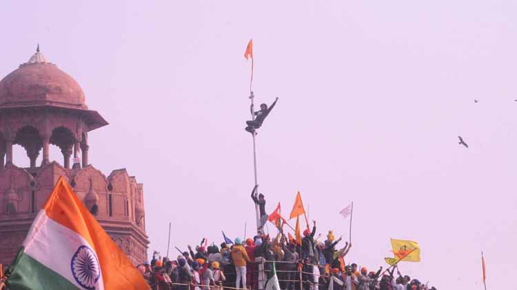गणतंत्र दिवस के दिन कुछ किसानों ने लाल किला से तिरंगा उतारकर दूसरा झंडा लगा दिया.