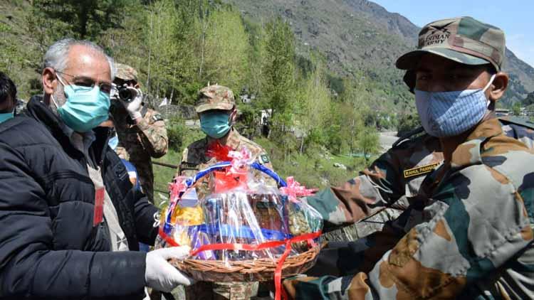 पीओके से भटककर एलओसी पार करने वाले युवक को भारतीय सेना ने मिठाई और कपड़े देकर पाकिस्तान वापस भेजा
