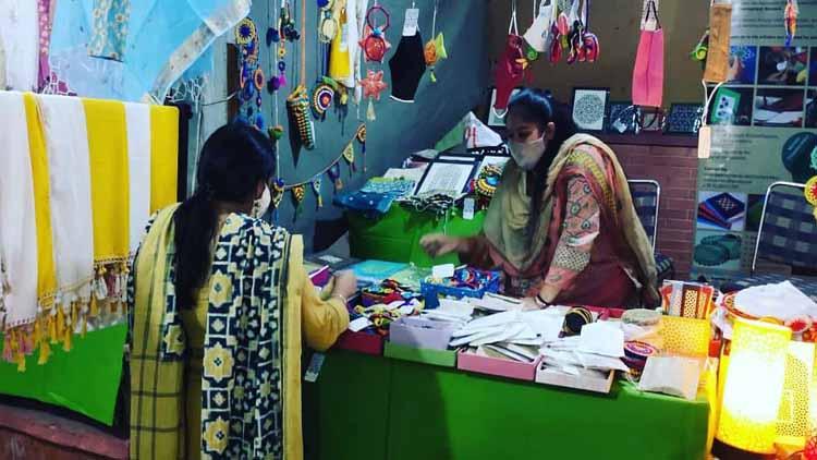 एकेटीसी में महिलाओं द्वारा बनाए गए शिल्प दिल्ली हाट जैसे केंद्रों पर भारी मांग रहती है.
