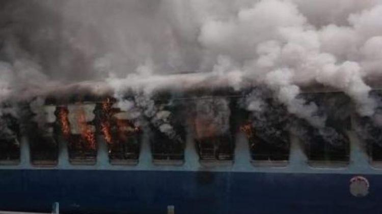 दिल्ली-लखनऊ शताब्दी का एक डिब्बा बुरी तरह जला
