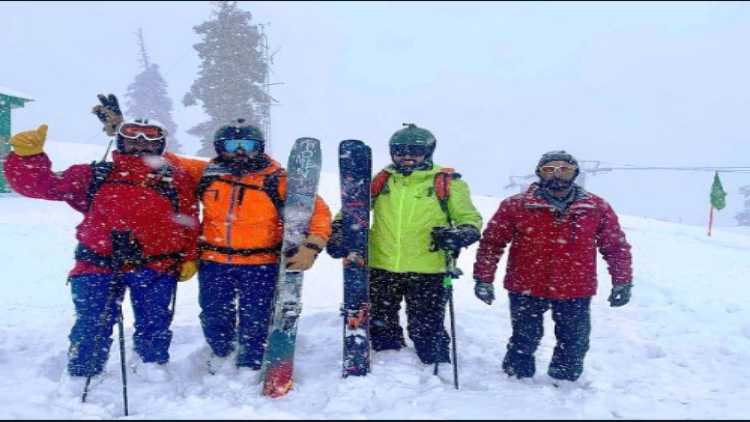 गुलमर्ग में स्कीइंग का आनंद लेते पर्यटक