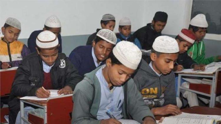 मदरसा में पढ़ाई करते छात्र