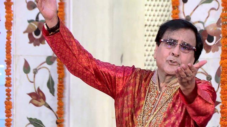 गायक नरेंद्र चंचल अपने चिर-परिचित अंदाज में माता की भेंटें प्रस्तुत करते हुए (फाइल फोटो)