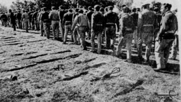 1971 की जंग हारने के बाद पाकिस्तानियों ने इस तरह हथियार छोड़कर सरेंडर किया था