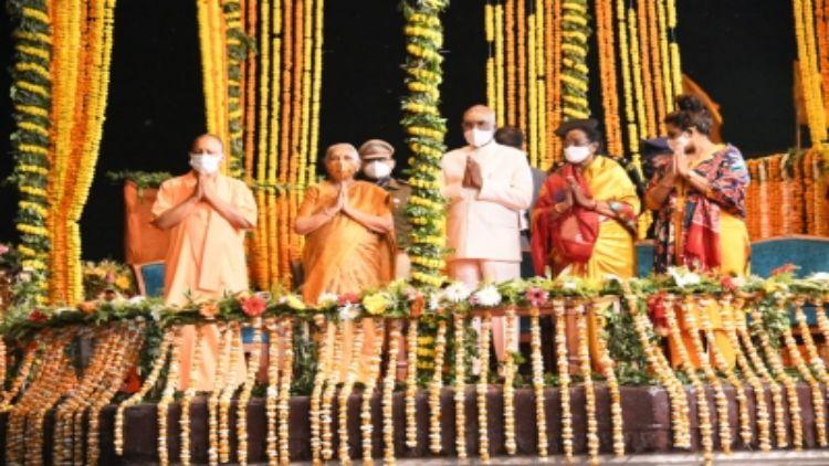 राष्ट्रपति पहुंचे वाराणसी, गंगा आरती देखी