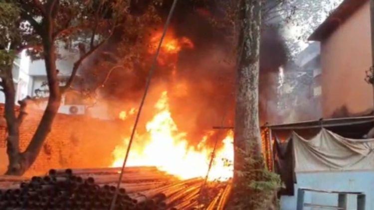 श्रीनगर में बड़ा हादसाः नवाबाजार में आग से 6 घर जलकर राख